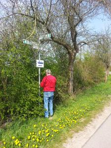 Die Beschilderung des Radweges wird ausgebessert (Foto: Müller)