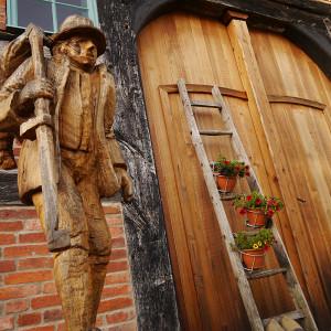 Skulptur vor dem Häuslingshaus in Langwedel (Foto: Müller)