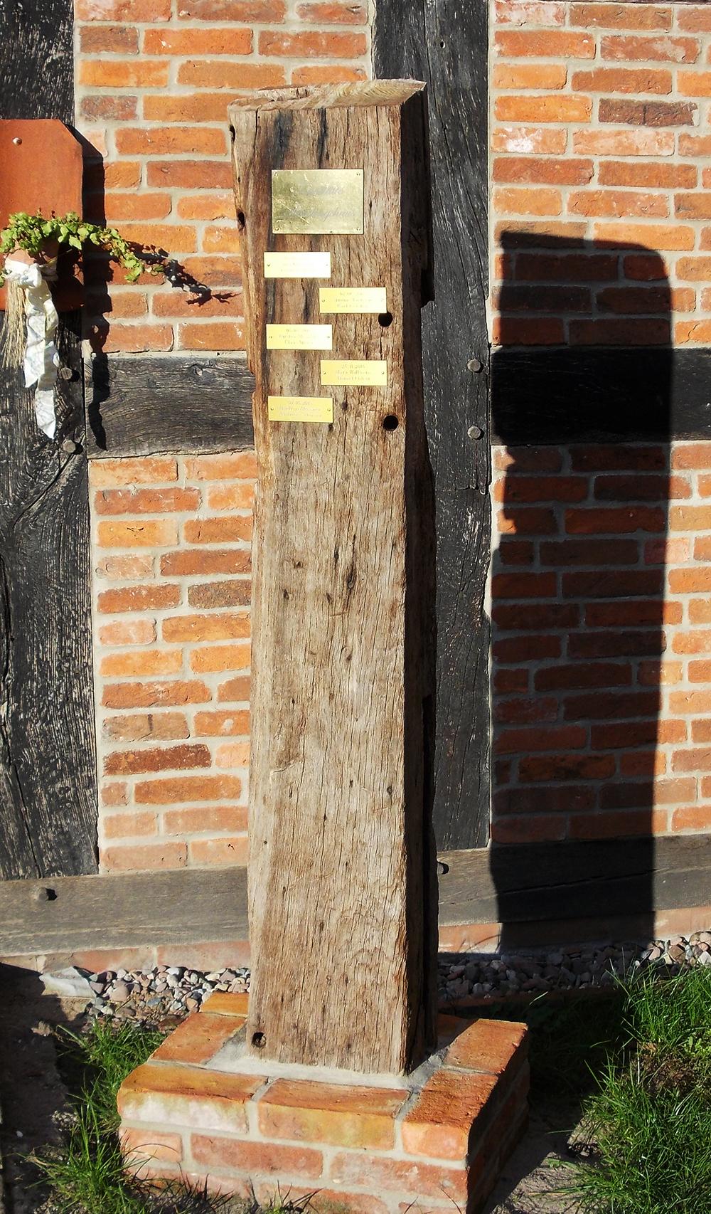 Die Hochzeitsstele vor dem Langwedeler Häuslingshaus