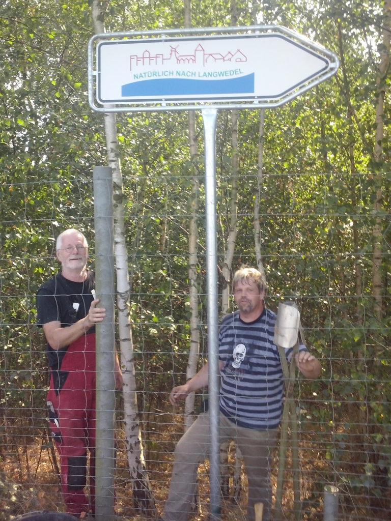 An der Autobahn-Abfahrt Langwedel stellt der Touristik-Verein neue Wegweiser auf