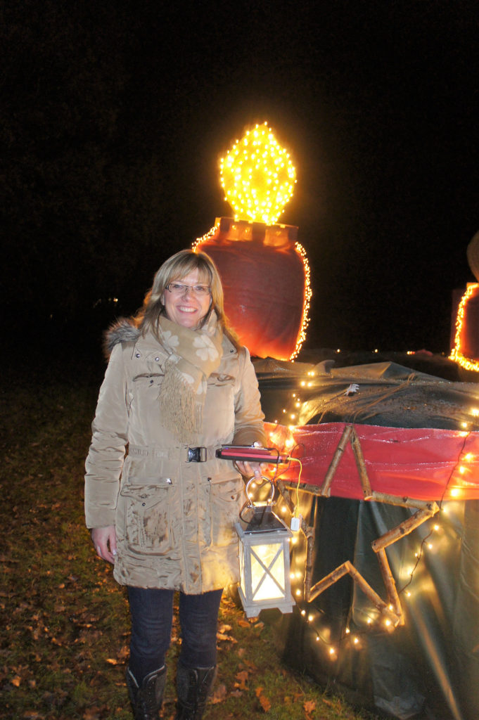 Bijanka Müller vor dem Adventskranz in Haberloh